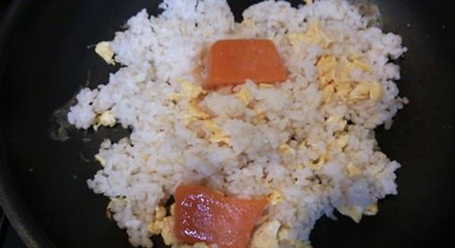 シンプルチャーハン:ニンジン氷とスクランブルエッグとご飯を合わせる。