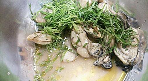 牡蠣を千切りした大葉と和える