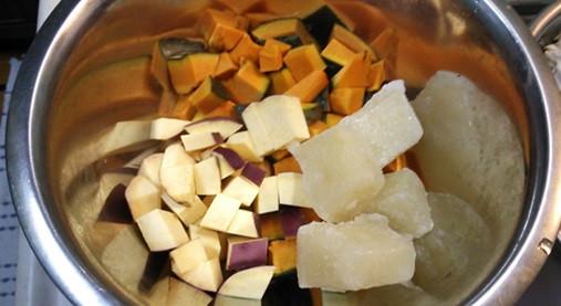 女性の体に優しい・豆乳スープ!?かぼちゃとさつま芋の白みそ仕立て!