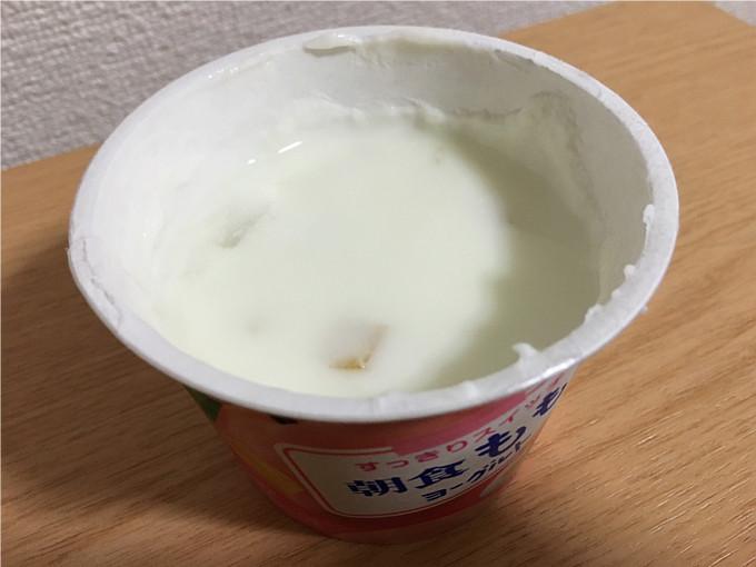 グリコ「朝食ももヨーグルト」←角切りの桃がたっぷりでうれしいね!4