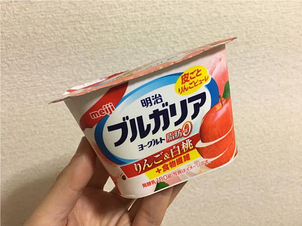 明治ブルガリアヨーグルトりんご&白桃←のど越しの良いヨーグルトです!