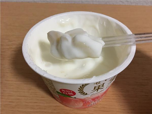 オハヨーぜいたく果実 白桃&ヨーグルト←果肉たっぷりで美味しいですね!6